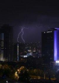 Ankara'da gökyüzünü şimşekler aydınlattı