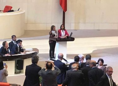 HDP'li vekiller Meclis'te kürsüyü işgal etti
