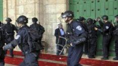 İsrail askerleri teravih namazı kılanlara saldırdı