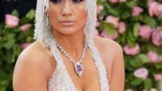 Jennifer Lopez elbisesini ağlayarak girdi