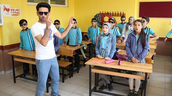 Öğrencilere farklı metotlarla İngilizce öğreten öğretmen