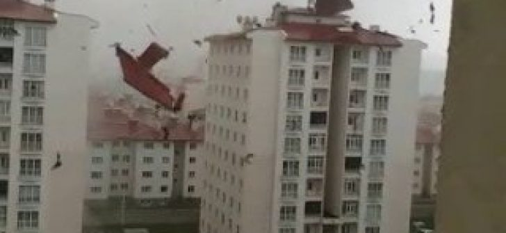 Şiddetli fırtına çatıyı uçurdu