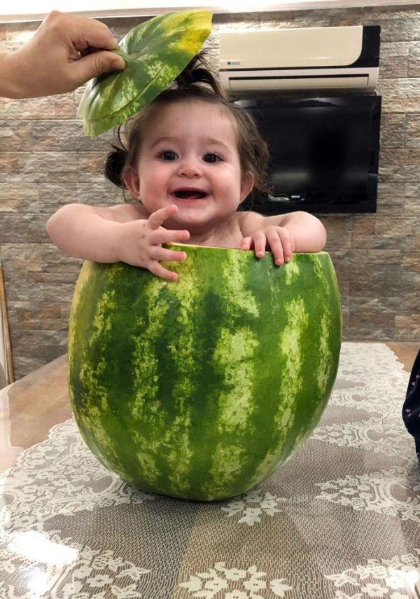 7 aylık bebeğini karpuzun içinde serinletti