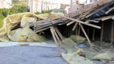 Ankara'da şiddetli rüzgar, bir apartmanın çatısını uçurdu
