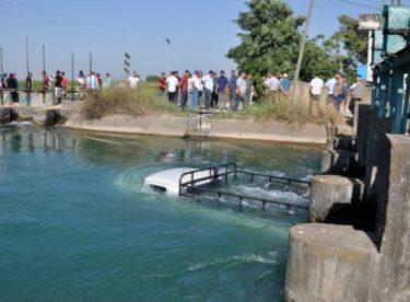 Adana'da kaza yapan kamyonet sulama kanalına düştü