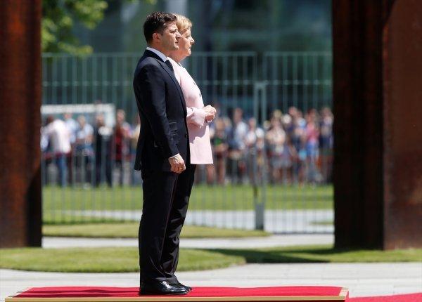 Merkel'in titremelerine önlem için sandalye hazırlandı