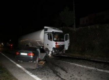 Otomobil mazot yüklü tankere çarptı: 1 ölü, 3 yaralı