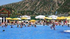 Tunceli'de turistlerin havuz keyfi