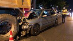 Ankara'da otomobil park halindeki kamyona arkadan çarptı