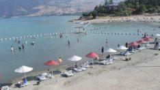 Elazığ'da sıcaktan bunalanlar gölde serinliyor