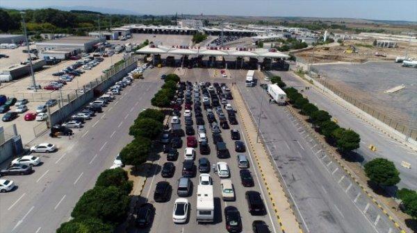 Gurbetçiler sınır kapısından ülkelerine dönüyor