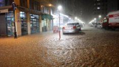 Rize'de sağanak etkili oldu, caddeler göle döndü