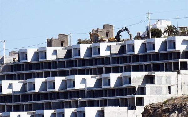 Bodrum'a hançer saplayan binanın yıkımı devam ediyor