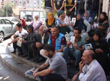 Diyarbakır'da HDP binası önünde Türk bayrağı açıldı
