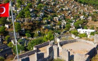 Türk bayrağının gölgesindeki köyde kimse yaşamıyor!