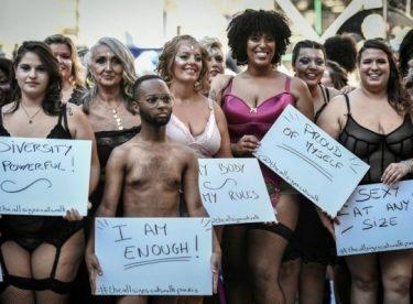 Fransa'da kilolu kadınların defilesi