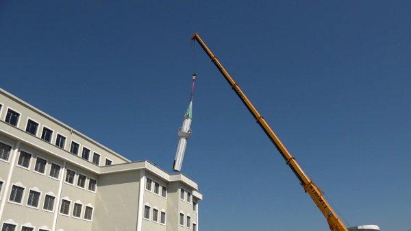 İmam hatip lisesinin çatısındaki minare