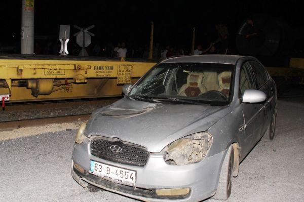 Mersin'de tren ile otomobil çarpıştı: 4 yaralı