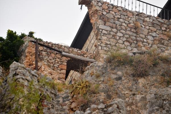 Pencere ve korkuluk Alanya Kalesi'nde surları yıktı