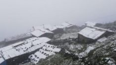 Rize'de Huser Yaylası'na mevsimin ilk karı yağdı