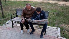14 yaşında, engelli annesi ve babasına destek oluyor