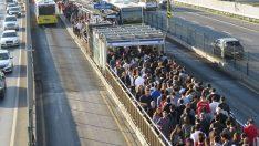Altunizade metrobüs durağında aşırı yoğunluk
