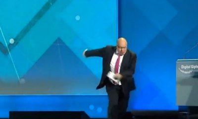 Almanya Ekonomi Bakanı sahneden inerken düştü