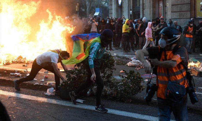 Ayrıçıklı Katalanlar helikoptere havai fişekle saldırdı