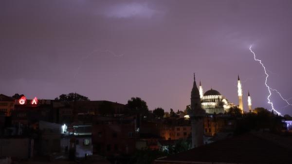 Beklenen fırtına İstanbul'a geldi