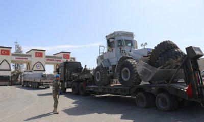 Fırat Nehri'ne köprü kurmak için iş makineleri yola çıktı