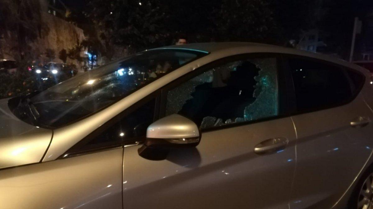 Kaza sonrası kadın sürücü, otomobile levyeyle sadırdı