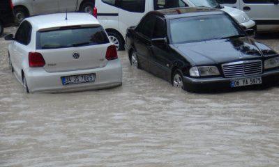 Mardin'de sağanak yağış nedeniyle caddeler göle döndü