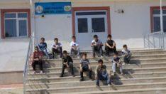 Öğretmenleri kazada ölen öğrenciler derse girmedi