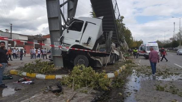 Sakarya'da tır durağa daldı: 2 ölü