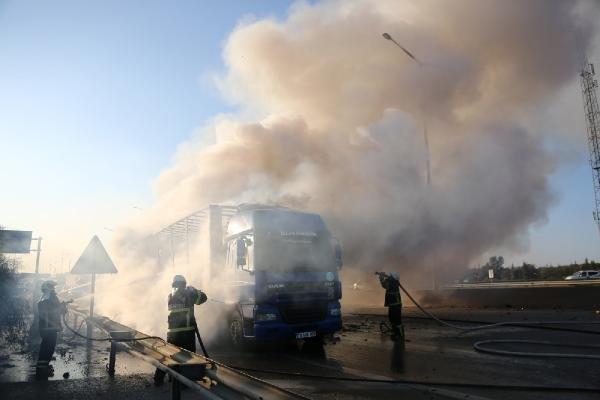 Adana'da oyuncak yüklü tır otoyolda yandı