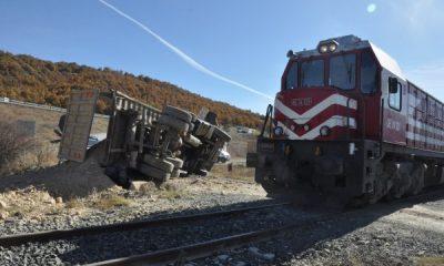 Afyonkarahisar'da tren hafriyat kamyonuna çarptı