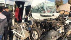 Mardin'de öğrenci servisi kamyona çarptı: 14 yaralı