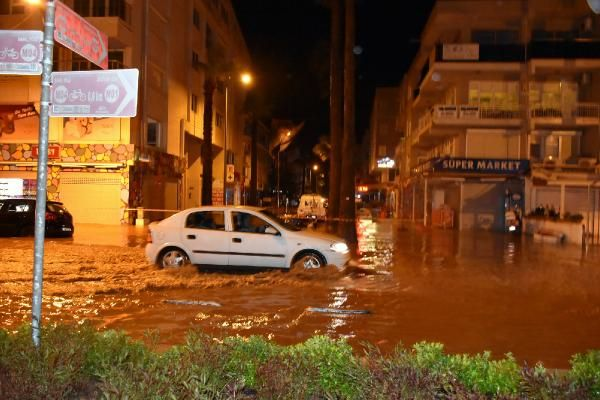 Sağanak yağış Marmaris'te hayatı felç etti -3