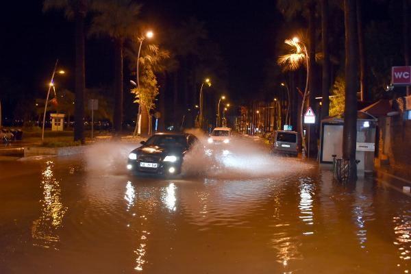 Sağanak yağış Marmaris'te hayatı felç etti -4