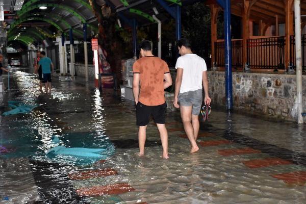 Sağanak yağış Marmaris'te hayatı felç etti -5