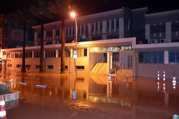 Sağanak yağış Marmaris'te hayatı felç etti -10