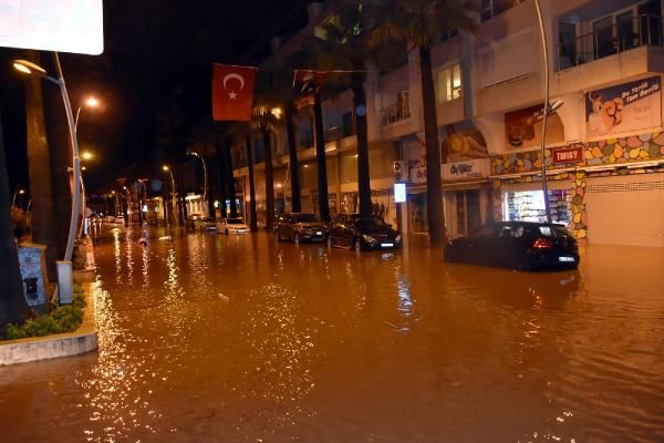 Sağanak yağış Marmaris'te hayatı felç etti -1