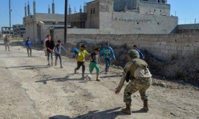 Mehmetçik Resulayn'da çocuklarla gülüyor