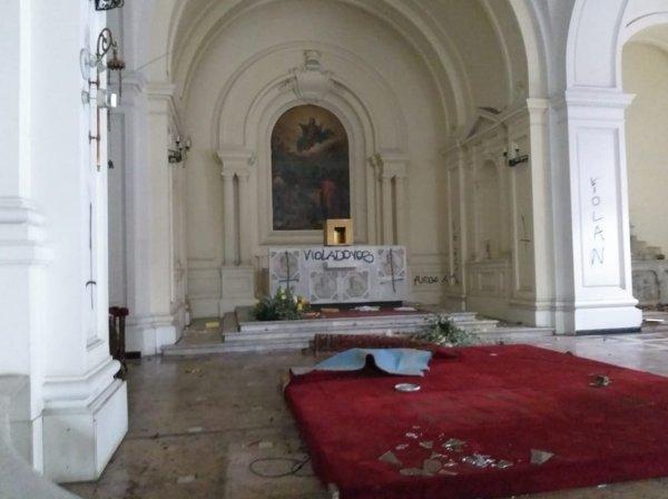 Şili'de göstericiler üniversite yaktı, kilise yağmaladı