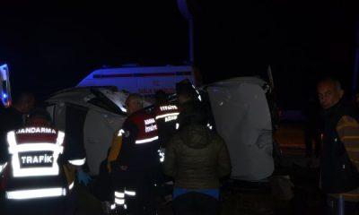 Adana'da iki otomobil kavşakta çarpıştı