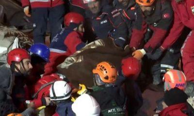 Birer saat arayla iki kadın enkazdan sağ çıkarıldı