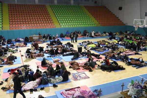 Elazığ'da bazı vatandaşlar geceyi spor salonunda geçirdi