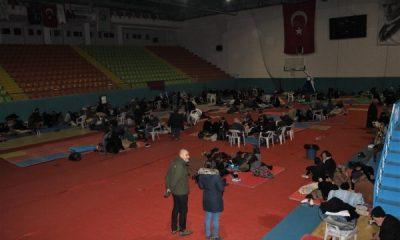 Evleri zarar gören vatandaşlar spor salonunda konaklıyor