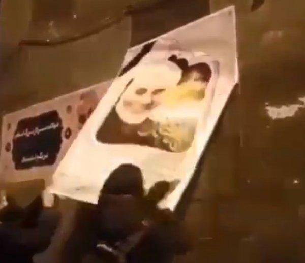 İranlılar Süleymani'nin posterlerini yırttı