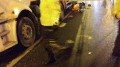 Kamyonun altında kalan motosikletli sürücü öldü